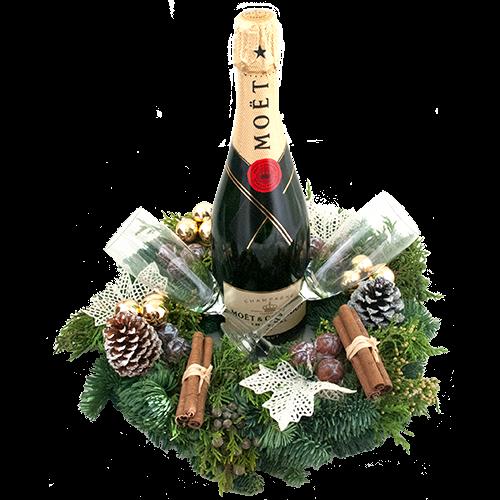 Fles champagne Mo�t met gedecoreerde kerstkrans en champagne glazen